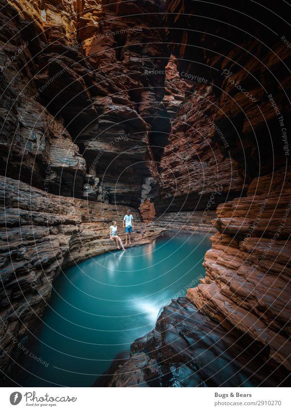 Im Canyon Paar Partner 2 Mensch Natur Landschaft Urelemente Sand Wasser Schlucht Küste Seeufer Teich Oase rothaarig Abenteuer Australien Reisefotografie türkis
