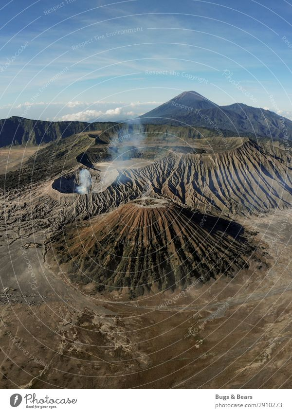 Die Erde bebt Umwelt Natur Landschaft Urelemente Sand Berge u. Gebirge Gipfel Vulkan Bromo Abenteuer Indonesien Rauch Aussicht Drohne Strukturen & Formen
