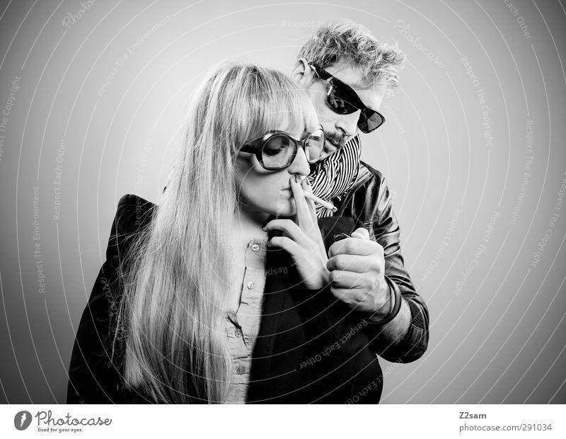 zweisam on fire Mensch Jugendliche Erwachsene 18-30 Jahre Stil Paar Mode Zusammensein blond stehen Coolness einzigartig genießen Rauchen trendy Partner
