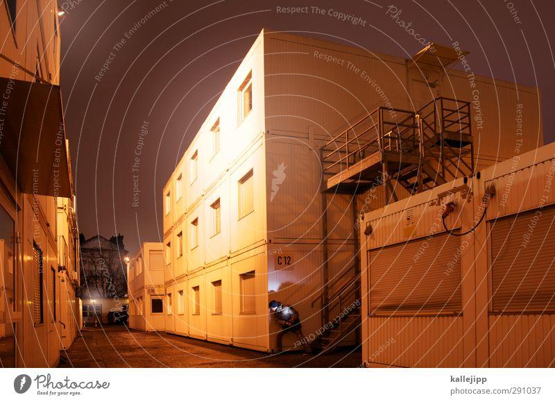 containerstadt Mensch maskulin 1 Stadt Haus Hütte stehen Container Baustelle Treppe Versteck verstecken Bürogebäude Außenaufnahme Nacht Kunstlicht Licht