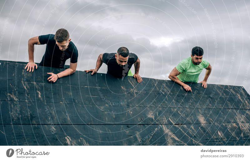 Teilnehmer des Hindernisparcours Kletterwand Lifestyle Sport Klettern Bergsteigen Mensch Mann Erwachsene Menschengruppe authentisch stark schwarz anstrengen