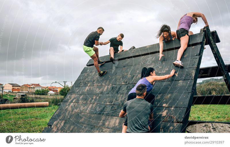 Frau Mensch Mann schwarz Erwachsene Sport Menschengruppe Aktion authentisch beobachten Klettern stark Teamwork anstrengen Bergsteigen horizontal