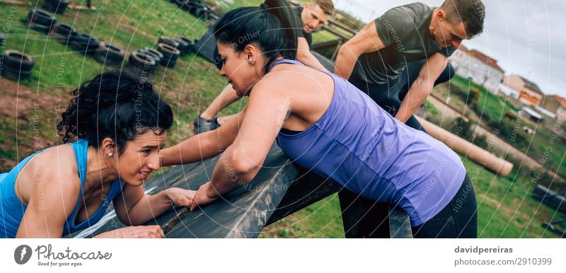 Teilnehmer des Hindernisparcours Kletterpyramide Hindernis Sport Klettern Bergsteigen Internet Mensch Frau Erwachsene Mann Menschengruppe authentisch stark