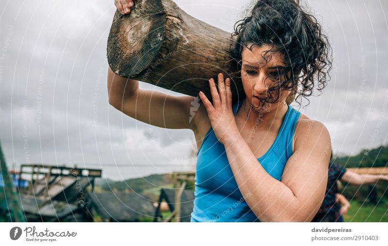 Weiblich im Hindernislauf mit Kofferraum Sport Mensch Frau Erwachsene tragen authentisch stark Kraft anstrengen Konkurrenz Hindernisrennen Baumstamm Überwindung