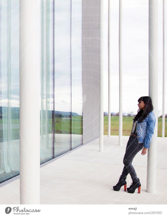 I I I Mensch Jugendliche schön Haus Erwachsene Junge Frau feminin 18-30 Jahre Fassade Bankgebäude trendy Industrieanlage