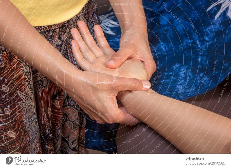 Hände massieren Gesundheit Gesundheitswesen Behandlung Wellness harmonisch Erholung ruhig Kur Spa Massage Frau Erwachsene Arme Hand Finger berühren Bewegung