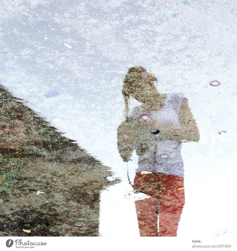. Mensch Frau Wasser Stadt Erwachsene Wand feminin Mauer Stimmung lernen Abenteuer planen beobachten T-Shirt Fotokamera Hose