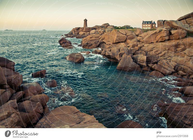 phare, far away Umwelt Wasser Sommer Schönes Wetter Felsen Wellen Küste Bucht Riff Meer Cote de Granit Rose Bretagne Menschenleer Haus Traumhaus Turm Leuchtturm