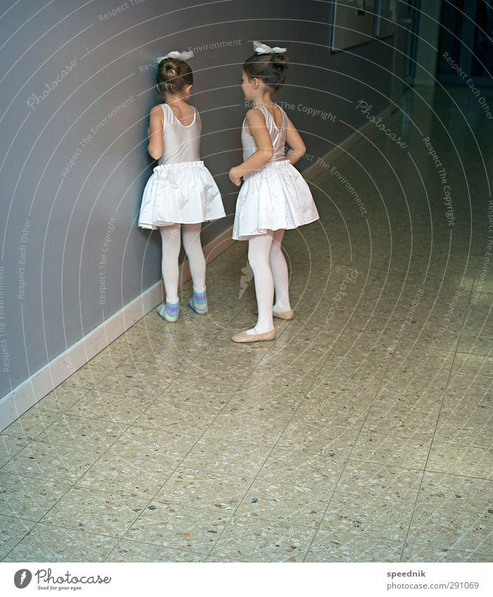 Vor dem großen Tableau Mensch Kind schön Mädchen dunkel feminin Kindheit Tanzen Erfolg Tanzveranstaltung niedlich Fitness Sauberkeit Wut Duft Bühne