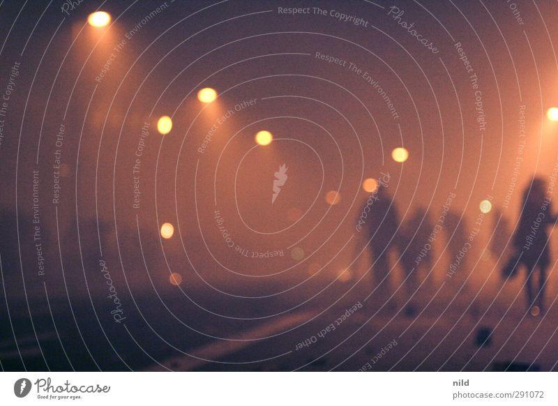 ausnahmezustand Mensch Stadt rot schwarz Straße Feste & Feiern Party gehen orange Nebel Silvester u. Neujahr Rauch Straßenbeleuchtung Veranstaltung