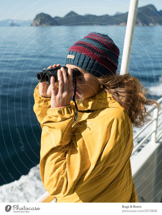 Auf hoher See Junge Frau Jugendliche Meer Schifffahrt Kreuzfahrt Bootsfahrt Blick Optimismus Neugier Abenteuer Erfahrung Freiheit Freizeit & Hobby Horizont