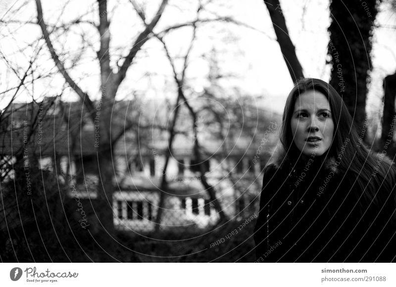 Portrait Mensch Jugendliche schön Haus Erwachsene feminin Gefühle Traurigkeit 18-30 Jahre Ausflug Spaziergang bedrohlich Verzweiflung Zweifel dunkelhaarig