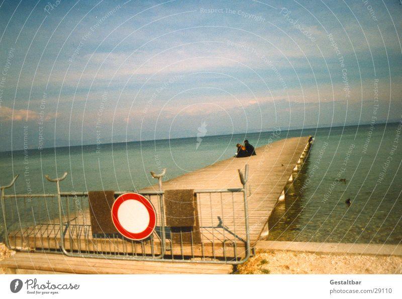 Verboten! See Gardasee Strand Steg Holz Zaun ruhig Einsamkeit Italien kalt gestaltbar Europa Wasser sitzen Mensch Graffiti Himmel