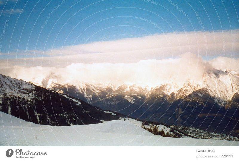 Der Berg ruft_1 Winter Wolken kalt Schnee Berge u. Gebirge hoch Aussicht Schweiz Alpen Blauer Himmel Bergkette