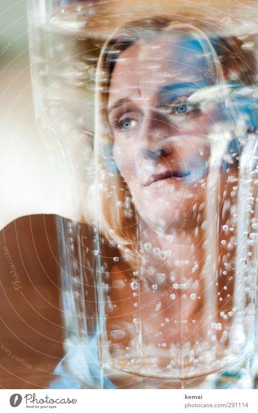 Zu tief ins Glas schauen Mensch Frau Erwachsene Auge Leben feminin Gefühle Traurigkeit Kopf Denken Stimmung Trinkwasser nachdenklich Mund Nase