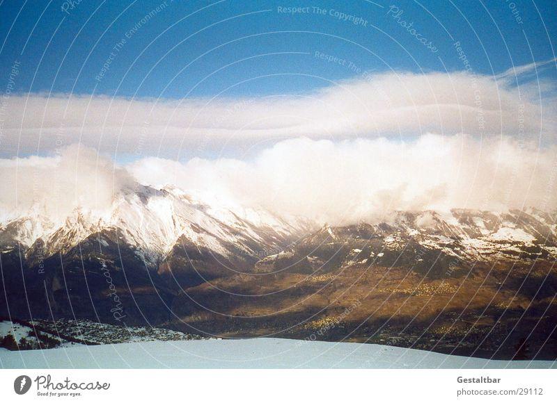 Der Berg ruft_2 Winter Wolken kalt Schnee Berge u. Gebirge hoch Aussicht Schweiz Alpen Blauer Himmel Bergkette gestaltbar