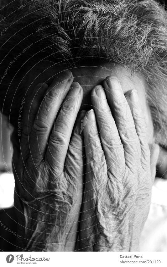 unbekanntes Alter Maniküre feminin Weiblicher Senior Frau Großmutter Leben 1 Mensch 60 und älter kurzhaarig Locken alt festhalten Traurigkeit nah grau
