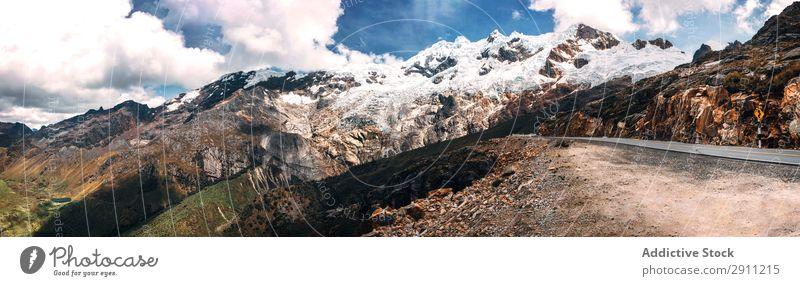 Schöne verschneite Berge in Huaraz, Peru, Südamerika. Panoramabild Kordilleren Bergsteiger Schnee blanca huaraz Außenaufnahme wandern Abenteuer Ausflugsziel
