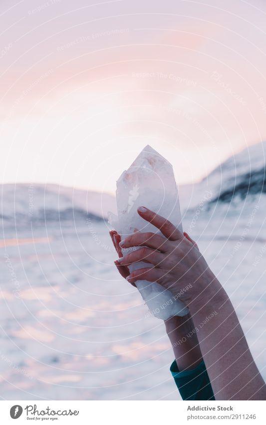 Frau hält erstaunlichen Stein in der Nähe von Hügeln. Kristalle Felsen Hand Himmel rosa Berge u. Gebirge Natur Ferien & Urlaub & Reisen Landschaft Abenteuer