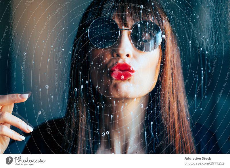 Stilvolle Frau küssend Glas Küssen rot Lippenstift genießen Leidenschaft