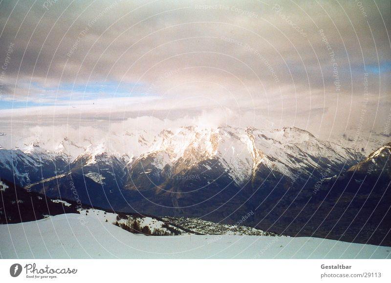 Der Berg ruft_3 Bergkette Schweiz Winter kalt Wolken gestaltbar Berge u. Gebirge Alpen Schnee Aussicht hoch Blauer Himmel klare Sicht