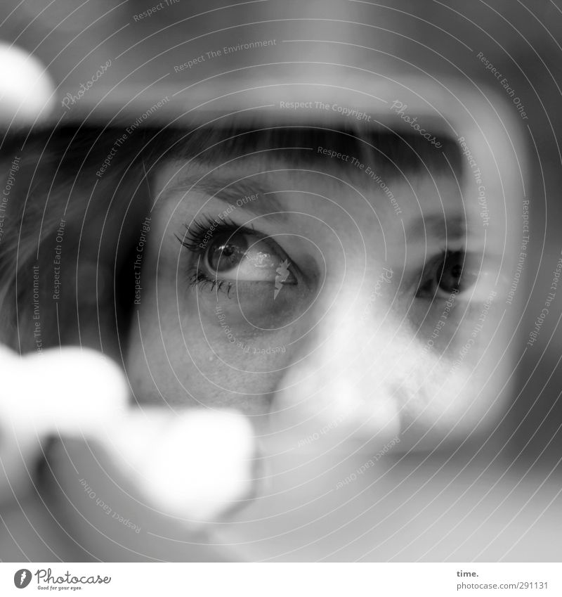 Modelkontrolle Mensch Erwachsene Auge Leben feminin Kopf Perspektive beobachten Hoffnung Kontakt geheimnisvoll Gelassenheit Spiegel entdecken Kontrolle