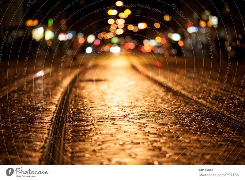 Lichter der Straße Sightseeing Städtereise Stadt Stadtzentrum Altstadt Menschenleer Verkehr Schienenverkehr Straßenbahn Stein leuchten dunkel nass gelb