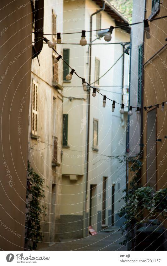 Lämpchen Dorf Fischerdorf Stadt Altstadt Haus Einfamilienhaus Mauer Wand Fassade alt historisch kalt Lampe Farbfoto Außenaufnahme Menschenleer Tag Schatten