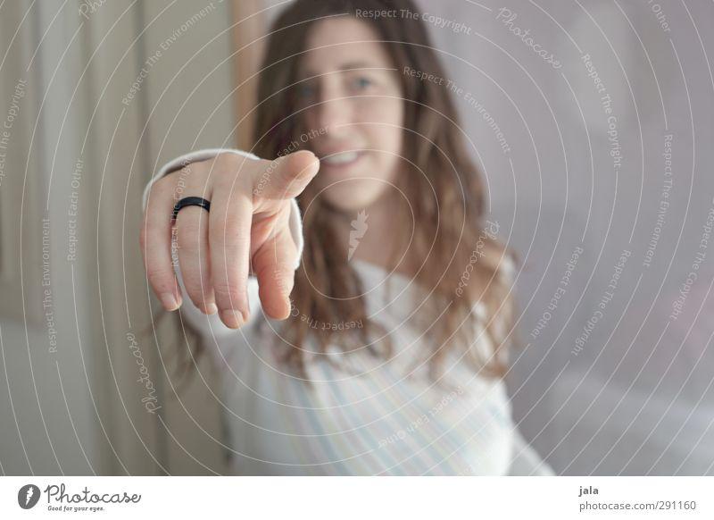 du hast da was... Mensch feminin Frau Erwachsene Hand Finger 1 30-45 Jahre Kommunizieren gestikulieren zeigen Farbfoto Innenaufnahme Textfreiraum links