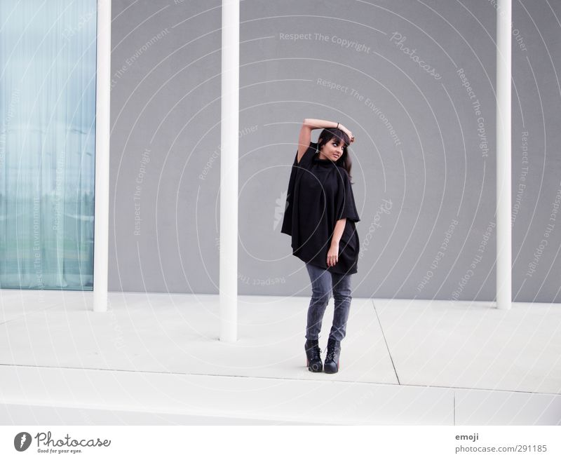 move Jugendliche schön Erwachsene Junge Frau Wand feminin Mauer 18-30 Jahre Mode Fassade Körperhaltung trendy Umhang