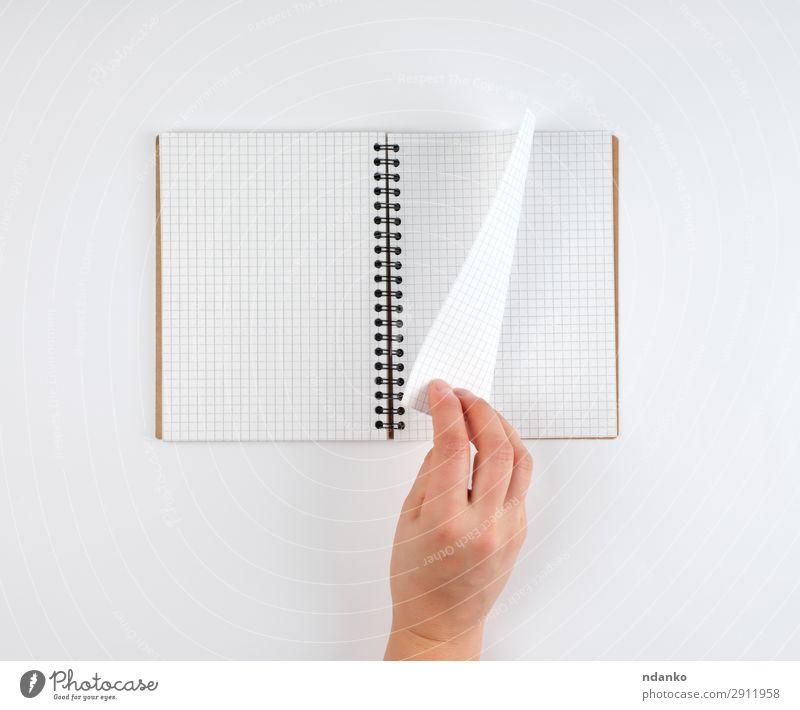 leeres offenes Notizbuch in einer Zelle und einer weiblichen Hand Bildung Schule lernen Büro Business Mensch Frau Erwachsene Arme Buch Papier Schreibstift