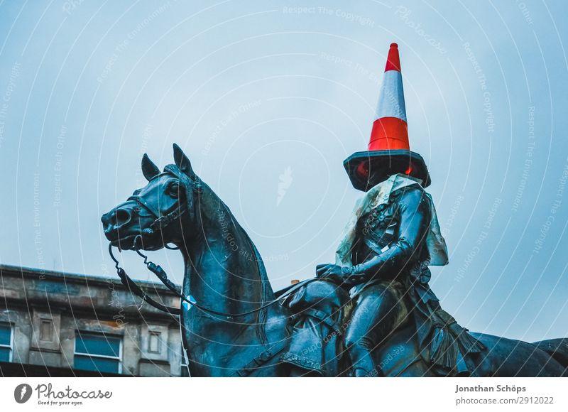 Reiter Statue mit Leitkegel auf dem Kopf Baustelle Kunst Nebel Hut Verkehrszeichen kalt lustig Spitze blau rot Glasgow Großbritannien Schottland blind