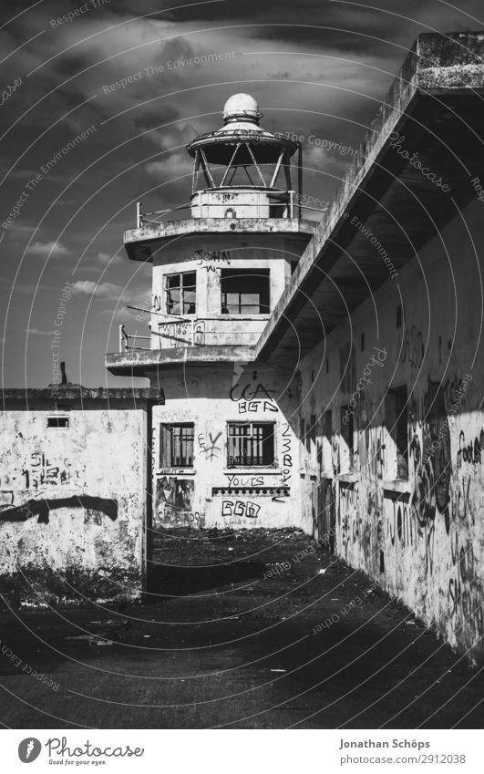 alter Turm im Hafen Leuchtturm Bauwerk Gebäude Architektur Fassade Zerstörung Edinburgh Großbritannien Schottland lost places Fenster Graffiti Schwarzweißfoto