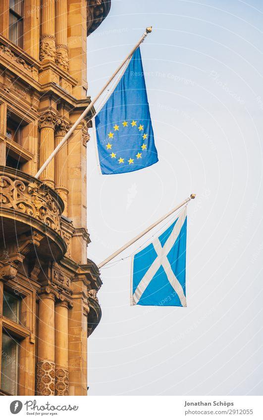 Flaggen von Schottland und der Europäischen Union Haus Stadt Hauptstadt Fassade Fahne blau Politik & Staat EU Edinburgh Europa Europäische Union Großbritannien