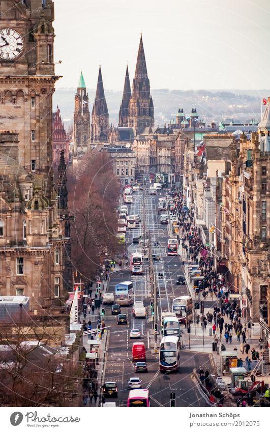 Blick auf Princes Street in Edinburgh Mensch Stadt Haus Stadtleben PKW Verkehr Kirche Lebensfreude Turm Sehenswürdigkeit Skyline Wahrzeichen Hauptstadt Altstadt