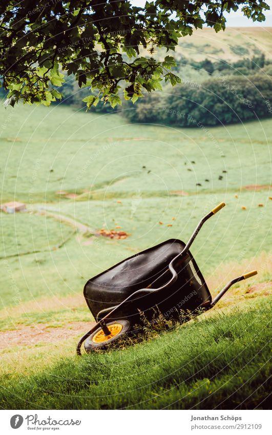 Schubkarre auf einer Wiese bei Edinburgh Natur grün Landschaft wandern liegen Hügel Landwirtschaft Bauernhof Rad Nationalpark Gartenarbeit Schottland Karre
