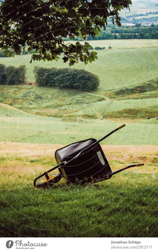Schubkarre auf einer Wiese bei Edinburgh Natur grün Landschaft wandern liegen Hügel Nationalpark Gartenarbeit Schottland Karre Großbritannien