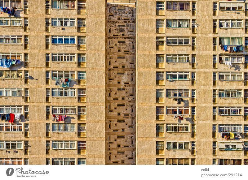 Auf Tuchfühlung - geblockt. Haus gelb Architektur Gebäude Stein Autofenster gold Wohnung Glas Hochhaus Beton Häusliches Leben Umzug (Wohnungswechsel) Bauwerk