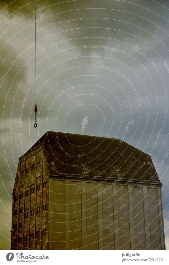 Stralsund Himmel Wolken Haus dunkel kalt Architektur Gebäude Stimmung Klima bedrohlich Hafen Bauwerk Unwetter Kette Kran schlechtes Wetter