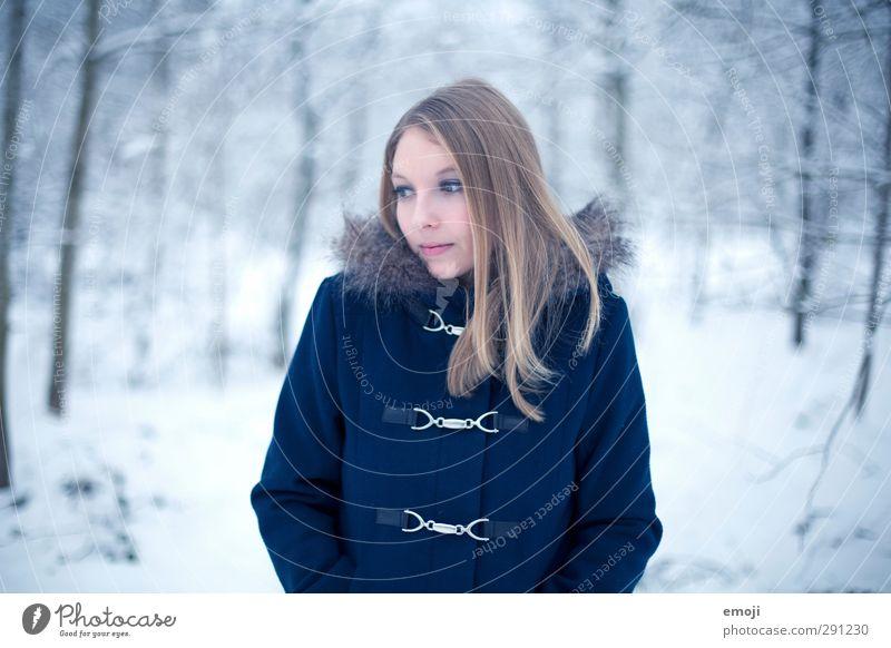 Januar Mensch Natur Jugendliche blau schön Winter Erwachsene Junge Frau Umwelt kalt Schnee feminin 18-30 Jahre blond Mantel Pelzmantel