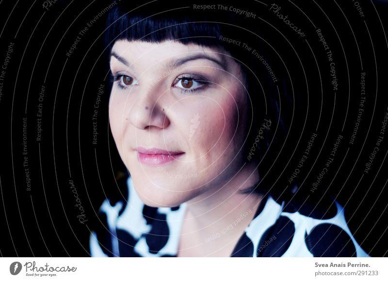 C. Mensch Frau Erwachsene Gesicht feminin Haare & Frisuren Kopf Zufriedenheit Mund Lächeln beobachten retro T-Shirt Kleid brünett schwarzhaarig