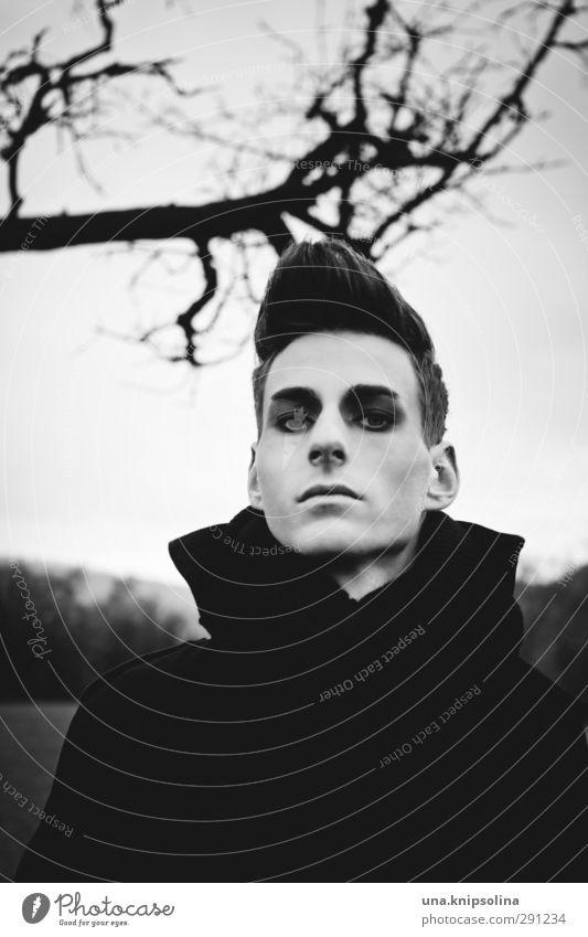 schatten Junger Mann Jugendliche 1 Mensch 18-30 Jahre Erwachsene Natur Baum Ast Mode Mantel Schal brünett quiff beobachten Denken bedrohlich dunkel dünn trashig