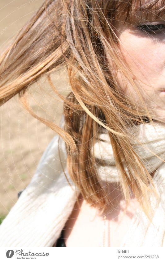 Wind Sonne Mädchen Gesicht Auge kalt Bewegung Haare & Frisuren hell Feld Wind verträumt Schal beige