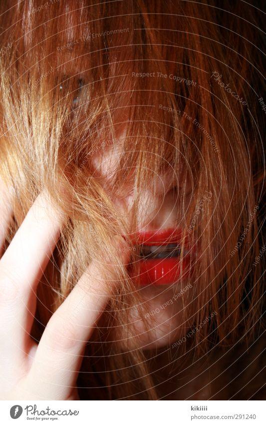 Rot wie Blut rot Haare & Frisuren Lippen Lippenstift verstecken rothaarig Hand Finger Mund verdeckt Erotik reizvoll verträumt wild durcheinander Blick Mädchen