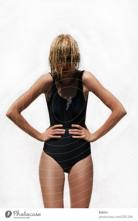 Sonnig weiß Hand Sonne Mädchen schwarz braun Körper blond Haut wild nass stehen Körperhaltung böse ernst Badeanzug