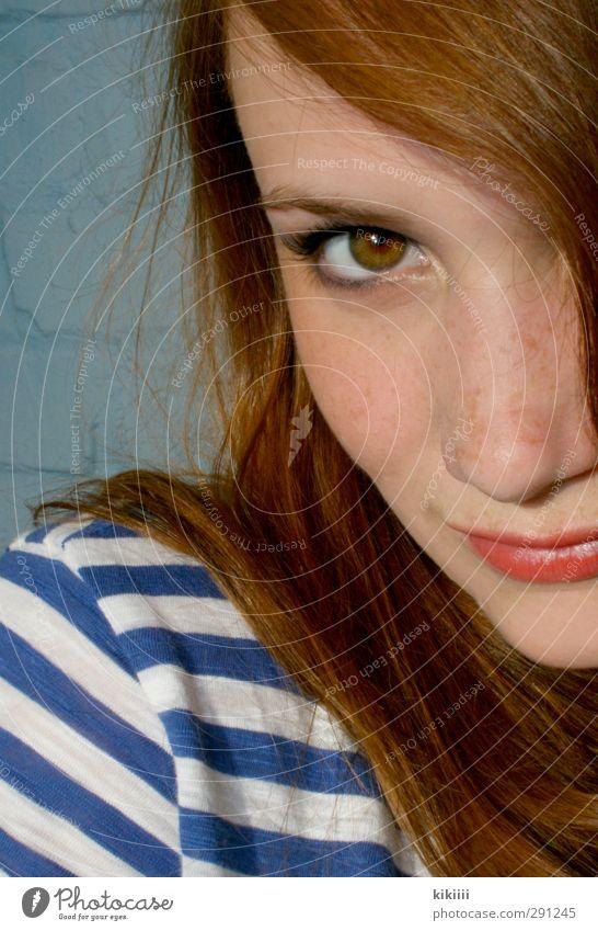 Gestreift Sommer Haare & Frisuren rothaarig Lippen Lippenstift orange Auge Blick gestreift T-Shirt Sommersprossen Mädchen Spielen