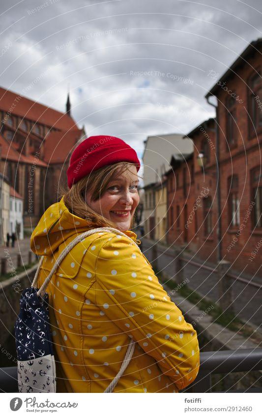 norden feminin Junge Frau Jugendliche 1 Mensch 18-30 Jahre Erwachsene 30-45 Jahre authentisch blond Glück schön maritim Optimismus Liebe Mütze rot gelb