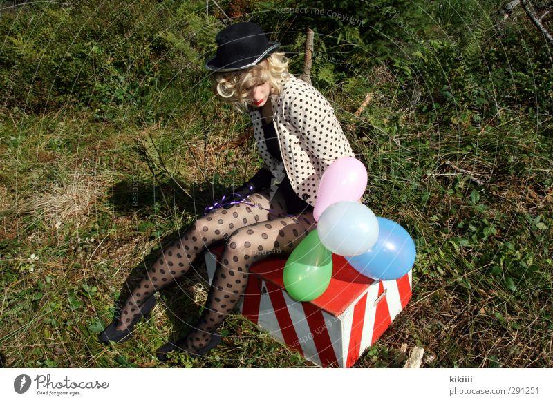 Pause Mädchen blond Clown Zirkus Luftballons bunt Kiste gepunktet Wiese warten sitzen Strumpfhose