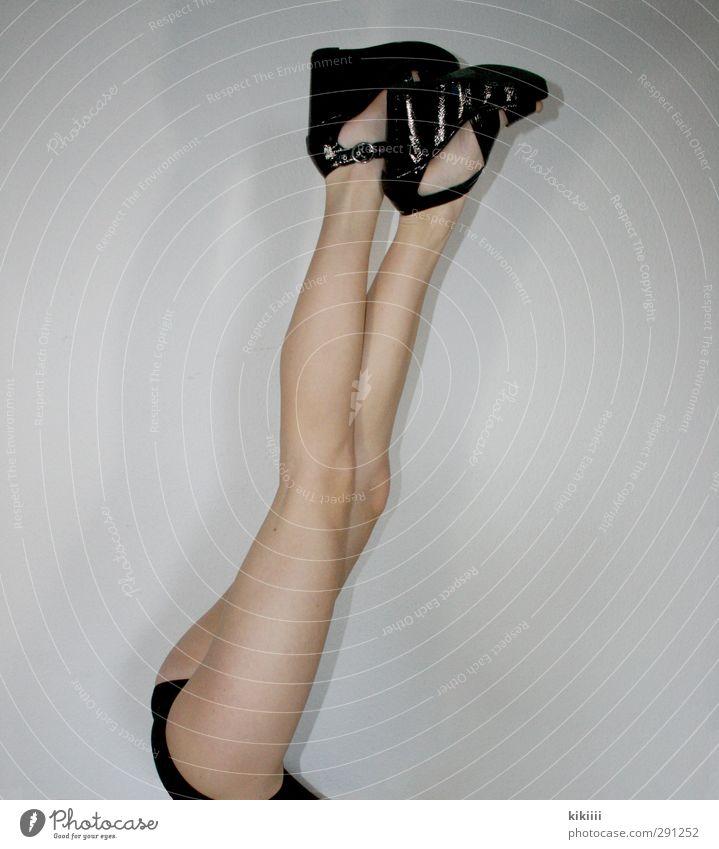 Stelzen Mädchen schwarz Beine Schuhe Haut dünn Gesäß lang strecken Kind aufeinander Mensch
