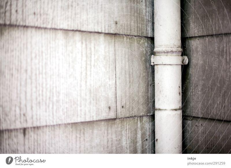 Schäm Dich! alt Wand Mauer grau Fassade dreckig Verfall Scham Plattenbau hässlich Abwasser Regenrohr Silikat-Mineral gesundheitsschädlich in der Ecke